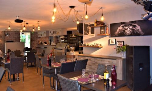 Restaurant ou autre lieu de restauration dans l'établissement Village Vacances La Cheneraie