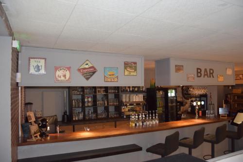 Salon ou bar de l'établissement Village Vacances La Cheneraie