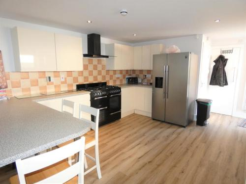 A kitchen or kitchenette at Townhouse @ Leek Road Stoke