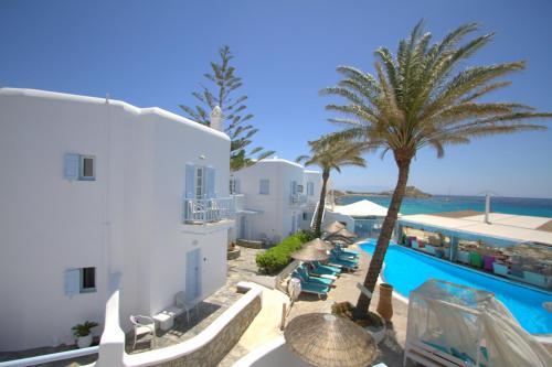 נוף של הבריכה ב-Mykonos Palace Beach Hotel או בסביבה