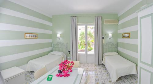 A bed or beds in a room at Hotel Residence Mendolita