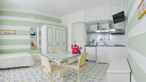 A kitchen or kitchenette at Hotel Residence Mendolita