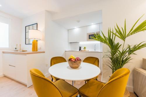Кухня или мини-кухня в Debambú Suites