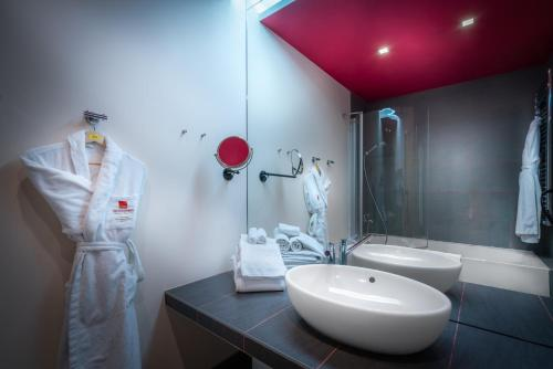 A bathroom at Mamaison All-Suites Spa Hotel Pokrovka