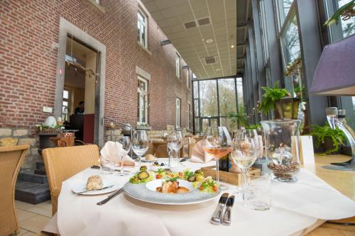 A restaurant or other place to eat at Hotel de Rousch