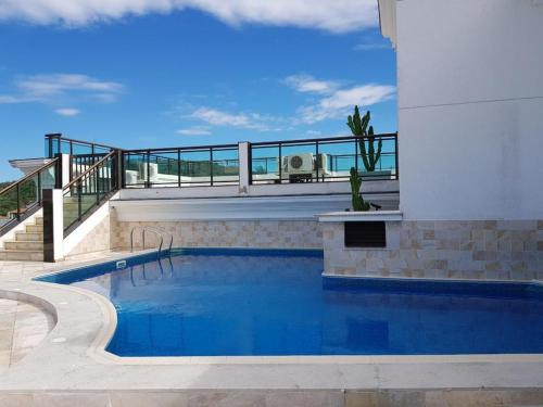 The swimming pool at or close to Condomínio Loft Prainha