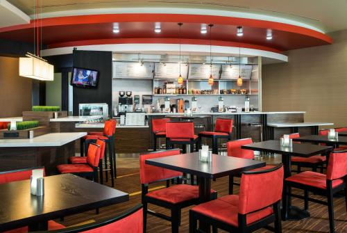 A restaurant or other place to eat at Courtyard by Marriott Sacramento Cal Expo