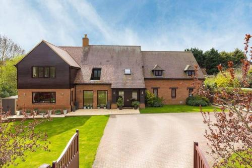 Thirlby Retreat (Sleeps 21) with Large Garden, Trampoline, Pool Table & Gym - Perfect for Contractors and Large Groups by Yoko Property