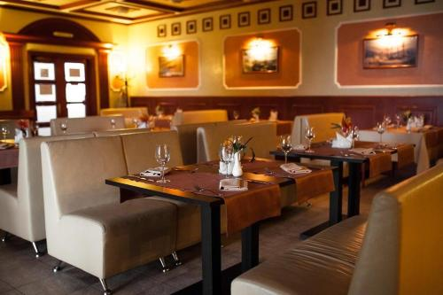 A restaurant or other place to eat at Hotel Yacht Club Noviy Bereg