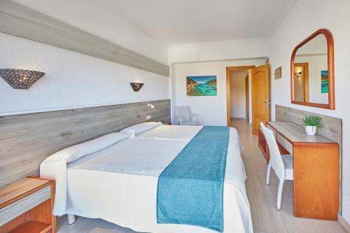 A bed or beds in a room at Apartamentos Ben-Hur
