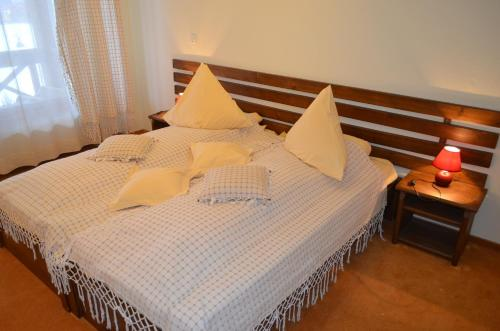 A bed or beds in a room at Pensiunea Inima Bucovinei