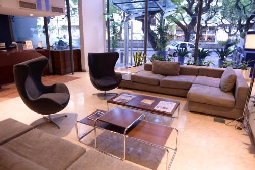 A seating area at Howard Johnson La Cañada Hotel & Suites