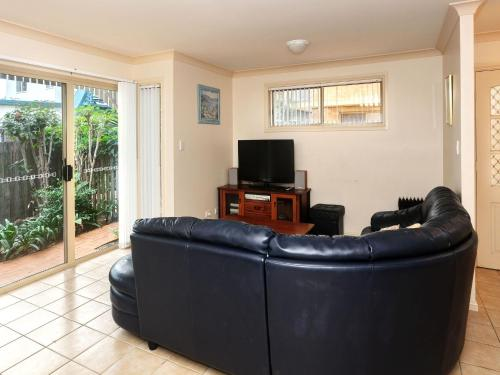 A seating area at Modern 3 Bedroom Townhouse