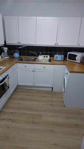 A kitchen or kitchenette at I Dwell Sidcup House