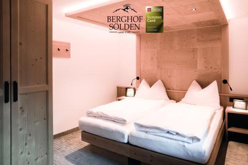 Ein Bett oder Betten in einem Zimmer der Unterkunft Berghof Sölden - anno 1588