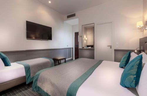 A bed or beds in a room at Elysées Ceramic