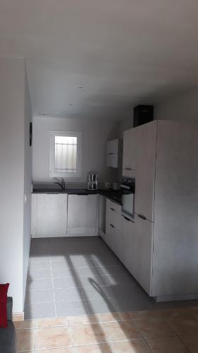 A kitchen or kitchenette at LE CLOS CASTEL -Chambre d'hôtes - Gîte équipé