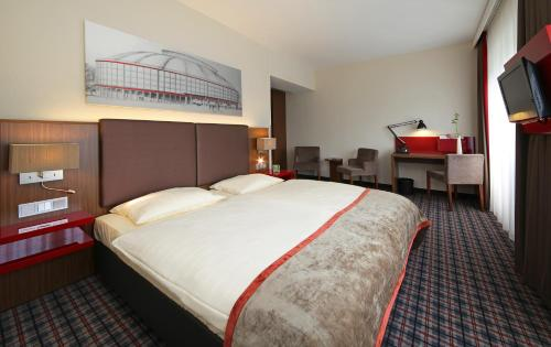 A bed or beds in a room at Mercure Hotel Dortmund Messe & Kongress