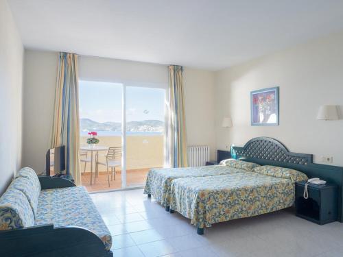 Łóżko lub łóżka w pokoju w obiekcie Club Santa Ponsa