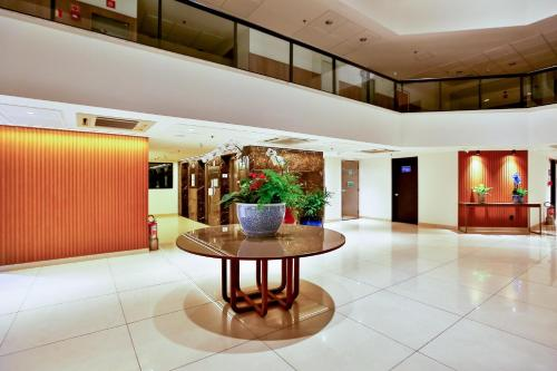 The lobby or reception area at Quality Hotel São Salvador