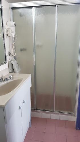 A bathroom at South Pacific Palms Motor Inn
