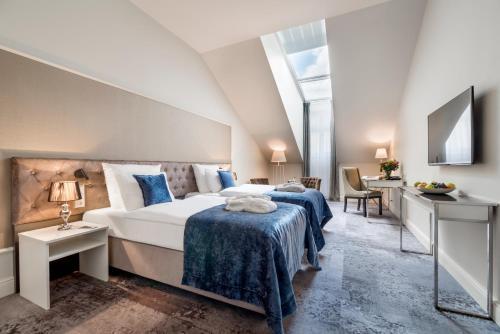 سرير أو أسرّة في غرفة في فندق يونيكوس بالاس
