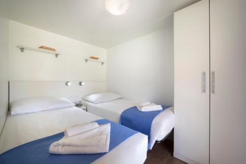 A bed or beds in a room at Mobile Homes Polari