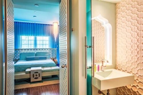 A bed or beds in a room at Dream South Beach