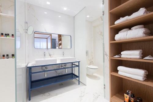 A bathroom at Eagles Palace