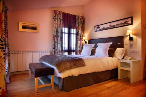 A bed or beds in a room at Hostería de Guara