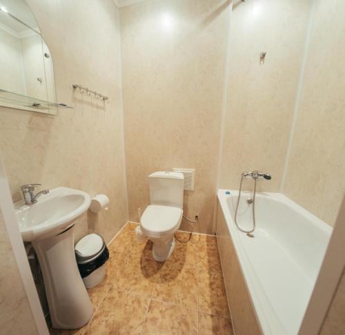 A bathroom at Hotel Volga
