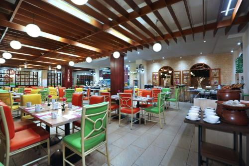 A restaurant or other place to eat at favehotel Premier Cihampelas