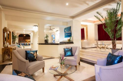El vestíbulo o zona de recepción de Blue Chairs Resort by the Sea