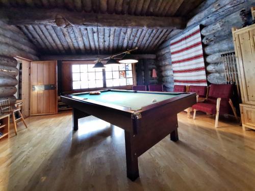 Biljardipöytä majoituspaikassa Saarikejo Huskylodge