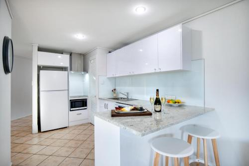 A kitchen or kitchenette at Heart of Airlie Beach Apartment