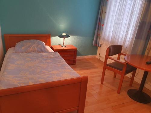 Ein Bett oder Betten in einem Zimmer der Unterkunft Hotel Busch in Wilster