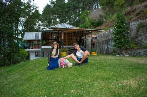 Eine Familie, die in der Unterkunft Centro Ecoturístico Alpinar übernachtet