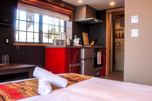 A bed or beds in a room at Penke Panke Lodge and Apartments