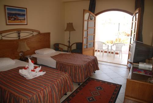 سرير أو أسرّة في غرفة في كورال هيلز ريزورت
