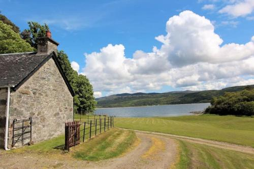 Ellary Cottage - Cosy Sleeps 4 Property, Remote Location at the Edge of the Water