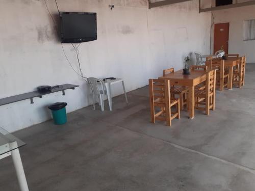 Una televisión o centro de entretenimiento en Pousada Havila