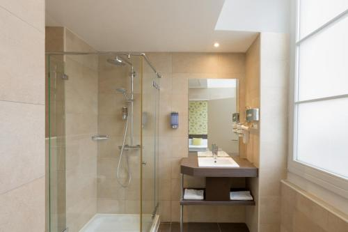 A bathroom at Best Western Hotel Marseille Bourse Vieux Port by Happyculture
