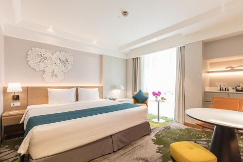 A bed or beds in a room at Holiday Inn Bangkok, an IHG Hotel