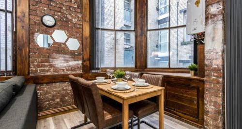 A restaurant or other place to eat at Prestige STAY Aparthotel - 27 Stanley Street