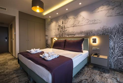 A bed or beds in a room at Hotel Silverine Lake Resort