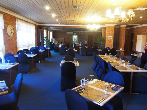 A restaurant or other place to eat at Cobar Town & Country Motor Inn