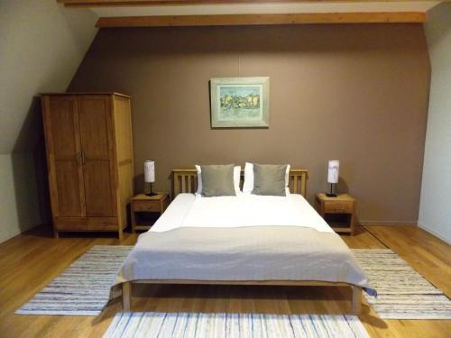 Un pat sau paturi într-o cameră la Harmonia Mundi