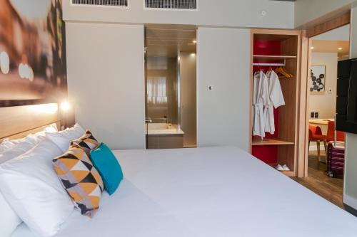 A bed or beds in a room at Novotel Curitiba Batel