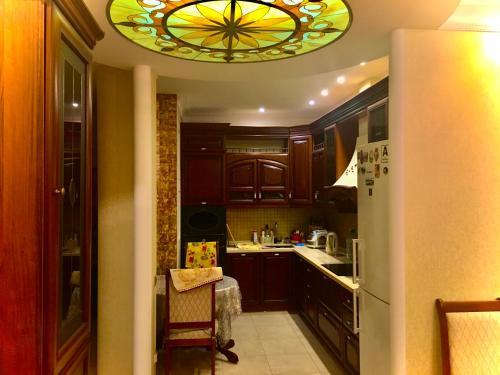 Кухня или мини-кухня в Apartments on Meridiannaya Ulitsa 3