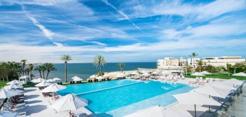 Uitzicht op het zwembad bij Crowne Plaza Muscat, an IHG Hotel of in de buurt